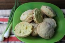 Закусочные сконы с зеленым луком и кукурузной мукой
