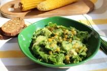 Зеленый салат с кукурузой и авокадо