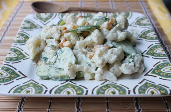 Салат из цветной капусты и огурца в соусе из тахини и йогурта