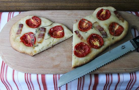 Фокачча с помидорами и грудинкой
