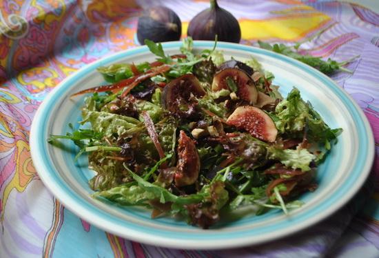салат с рукколой, инжиром, хамоном и фундуком