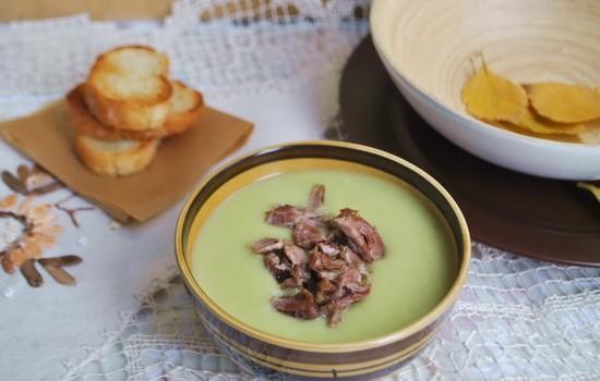 Нежный суп из брокколи и брюссельской капусты на говяжьем бульоне