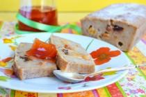 Хлебный пудинг с сушеными ягодами и специями