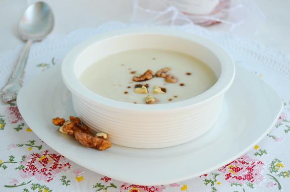 Суп из корня петрушки с яблоками и орехами
