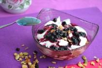 Гранола с черникой и йогуртом