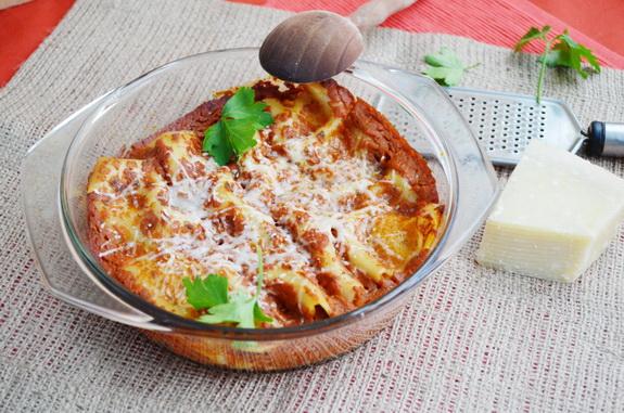 каннелони с мясом и густым томатным соусом