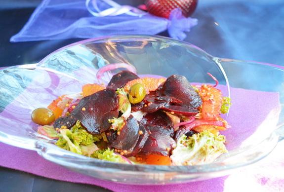 Салат со свеклой, апельсинами и зелеными оливками
