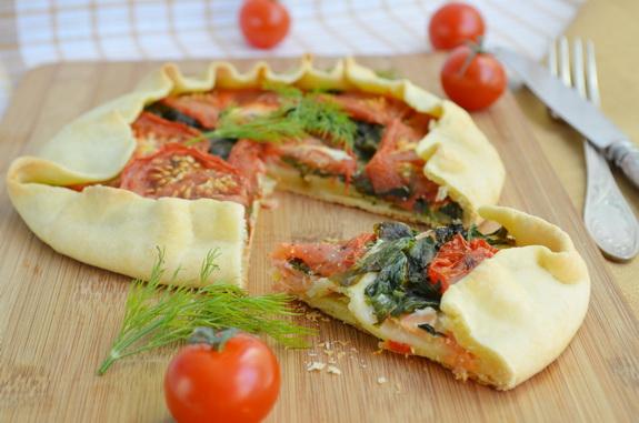 галета с лососем, шпинатом и помидорами