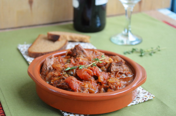 говядина в томатном соусе с вином и оливками