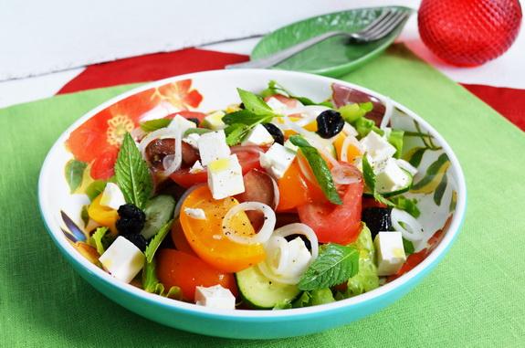 греческий салат из помидоров разных сортов