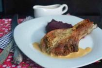 «Медленная» свинина со сливочным соусом и свекольным пюре