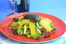 Салат с утиной печенью, апельсинами и пикантными огурцами