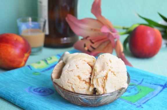 мороженное с крем-ликером и персиками