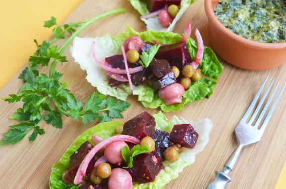 салат со свеклой, зеленым горошком и маринованными грибами