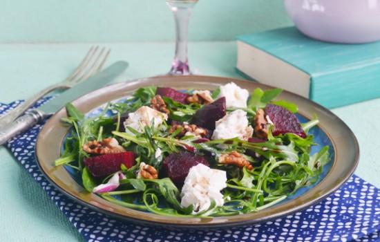 Салат с рукколой, свеклой и грецкими орехами