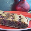 шоколадный пирог с франжипаном из грецких орехов и вишней