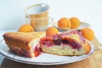 Простой перевернутый пирог с абрикосами и вишнями