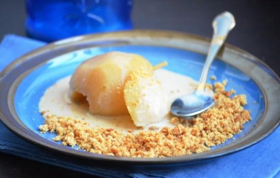 Груша в сиропе с имбирным печеньем и пряным крем-англез