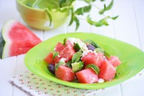 Салат из арбуза, огурца и оливок