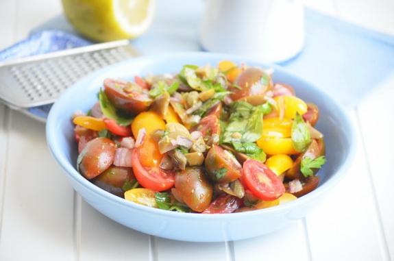 итальянский салат с помидорами, оливками и каперсами