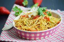 Салат из кольраби, клубники и кинзы