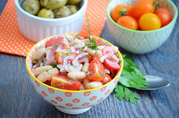 салат c белой фасолью и помидорами