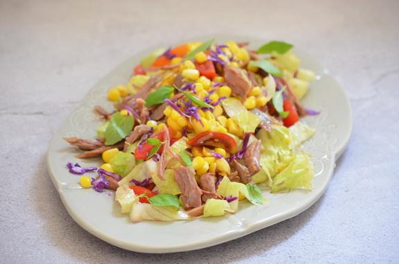 салат с уткой конфи и кукурузой